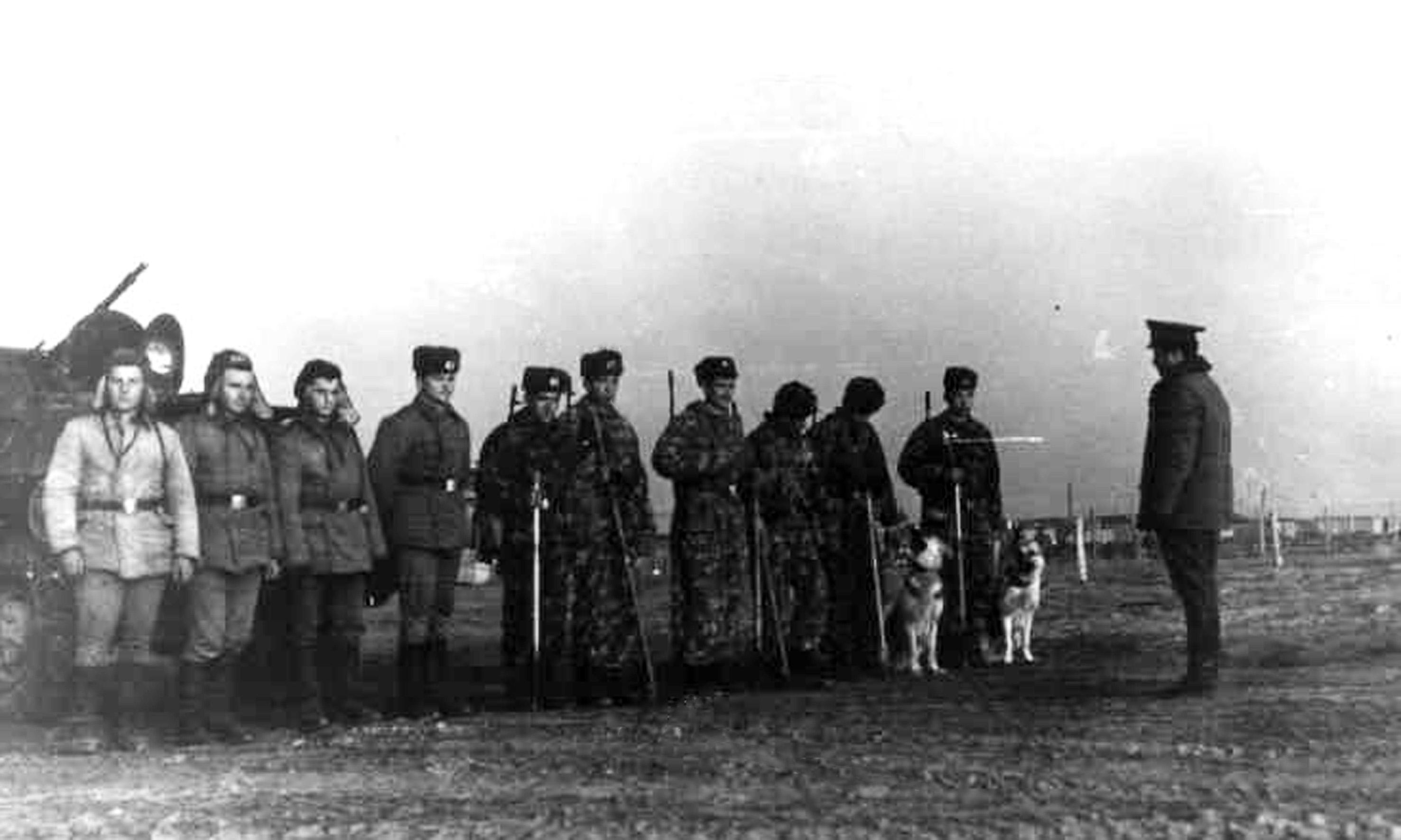 Командир 541оисб м-р Ратько В.М. проводит инструктаж группы разминирования перед боевым заданием,ДРА, Северный Кундуз,1982г