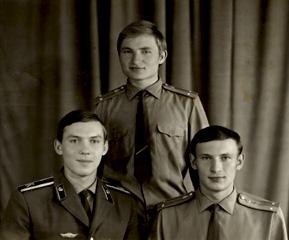 БРАТЬЯ:сидит рядом родной брат Сергей выпускник 1977года,стоит двоюродный брат Пинчук А.Н. одного выпуска одной 2 роты
