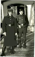 с двоюродным братом у входа родной казармы 2 роты